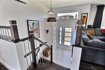 entree-ouverte-ceraimque-garde-robe-escalier-bois-franc-lumiere-naturelle